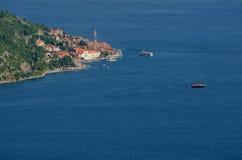 与地中海镇、海和山的美好的风景 黑山海滨、小船和游艇 库存照片