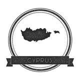与地图的减速火箭的困厄的塞浦路斯徽章 库存图片