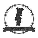 与地图的减速火箭的困厄的葡萄牙徽章 库存图片
