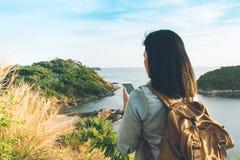 与地图的年轻旅客妇女发现方式方向在手机 免版税库存照片