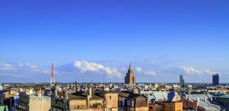 与地平线和电视塔的城市scape 免版税库存图片
