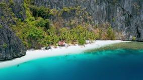 与地方小屋的天堂热带暗藏的被隔绝的沙滩在Pinagbuyutan海岛上 El Nido,巴拉旺岛,菲律宾 股票录像