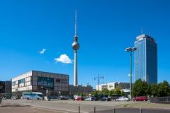 与地标Fernsehturm (电视塔)的柏林米特区都市风景 免版税图库摄影