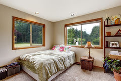 与地毯地板和两个窗口的好的卧室内部 库存照片