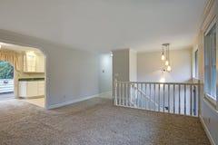 与地毯地板的光开放二楼着陆 免版税库存图片