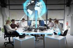 与地球全息图的企业队在办公室 库存照片