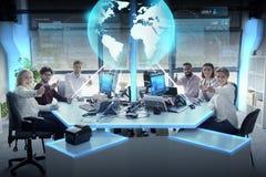 与地球全息图的愉快的企业队在办公室 免版税库存图片