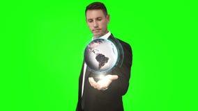 与地球动画的商人在绿色屏幕前面 股票视频