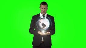 与地球动画的商人在绿色屏幕前面 股票录像