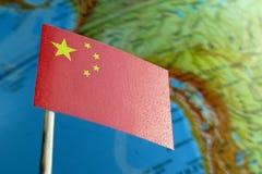与地球地图的中国旗子作为背景 免版税库存图片