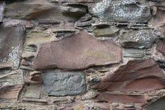 与地衣和侵蚀的古老石墙特写镜头 库存照片
