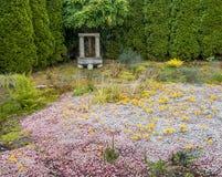 与地被植物的垂悬的响铃 免版税库存照片