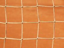与地面和空白线路网球场的老网 干燥红土 在室外tenn的浅红色的被击碎的砖表面 免版税库存照片