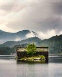 与地面屋顶的挪威小屋 库存照片