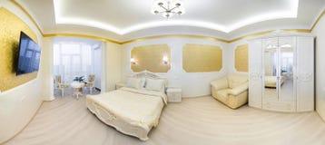 与坐垫的豪华床在皇家卧室内部 库存照片
