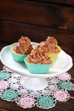 与块菌奶油和焦糖的杯形蛋糕 免版税库存图片