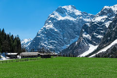 与坚固性山的惊人的山风景早期的春天奥地利,蒂罗尔, Karwendel高山公园,在Falzthurn附近 免版税库存照片