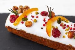 与坚果、干果子、脯和香料的创造性的复活节蛋糕 E r E r 免版税图库摄影