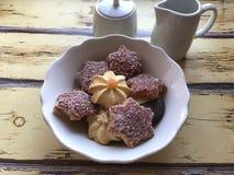 与坚果、果酱和巧克力的曲奇饼 库存照片