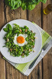 与坚果、葡萄干和煎蛋的新鲜的沙拉 库存照片