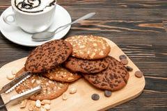 与坚果和巧克力的麦甜饼 免版税库存照片