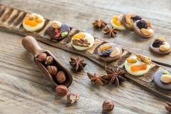 与坚果和干果子的瑞士巧克力糖 图库摄影