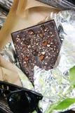 与坚果和干果子的甜巧克力 免版税图库摄影