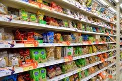 与坚果和干果的商业柜台在hypermar的转盘 库存图片