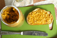 与坚果和平的花生酱在面包切片, 图库摄影