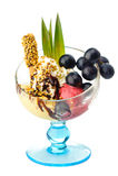 与坚果和果子的冰淇凌 免版税库存照片