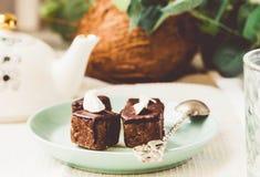 与坚果和椰子,健康素食主义者点心的未加工的巧克力糖 免版税图库摄影