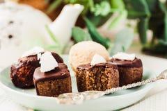 与坚果和椰子,健康素食主义者点心的未加工的巧克力糖 库存图片