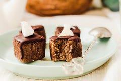 与坚果和椰子,健康素食主义者点心的未加工的巧克力糖 图库摄影