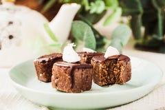 与坚果和椰子,健康素食主义者点心的未加工的巧克力糖 库存照片