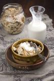 与坚果和牛奶的燕麦粥咬嚼 图库摄影