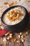 与坚果和葡萄干的甜大米布丁在碗特写镜头 ver 图库摄影