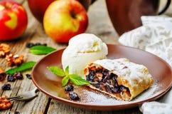 与坚果和葡萄干的苹果果馅奶酪卷 免版税库存照片