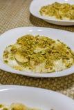 与坚果和蜂蜜的中东乳脂状的点心 免版税库存图片
