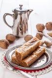 与坚果和蜂蜜的果仁蜜酥饼 免版税图库摄影
