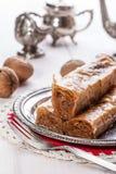 与坚果和蜂蜜的果仁蜜酥饼 免版税库存照片