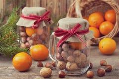与坚果和蜜桔的圣诞节礼物 库存照片