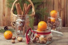 与坚果和蜜桔的圣诞节礼物 库存图片