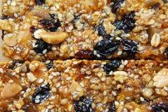 与坚果和谷物,干果子的有机格兰诺拉麦片棒 健康饮食和健身食物快餐 免版税库存照片