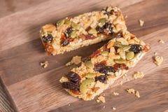 与坚果的健康快餐,谷物格兰诺拉麦片棒和干果 库存图片