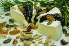 与坚果的咸味干乳酪乳酪 免版税图库摄影