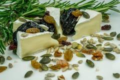 与坚果的咸味干乳酪乳酪 库存图片