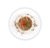 与坚果的夹心蛋糕在板材,在白色背景 顶视图 免版税库存图片