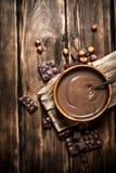与坚果的巧克力奶油 图库摄影