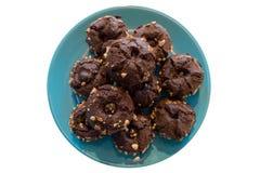 与坚果的巧克力松饼在板材顶视图 库存图片