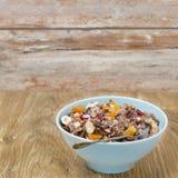 与坚果的巧克力格兰诺拉麦片和在木的干果和牛奶 免版税库存图片